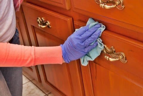 comment nettoyer et faire briller les meubles en bois avec des